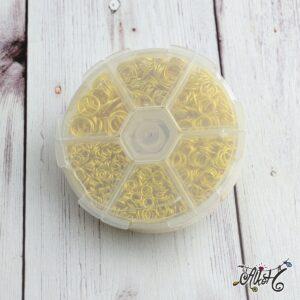 Arany színű szerelőkarika válogatás, dobozban (1600 db)